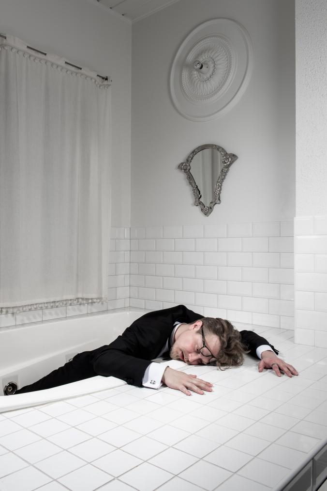 Kuva rikkaasta hahmosta kuolleena porealtaassa