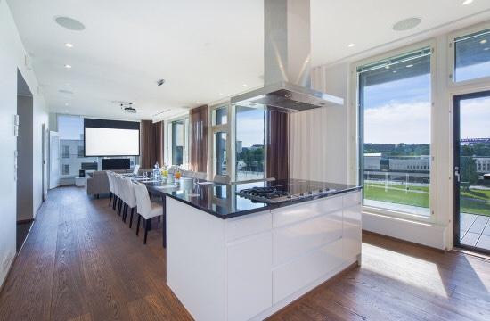 Kuvassa kuva asunnon laajasta olohuoneesta ja ruokailutilasta.